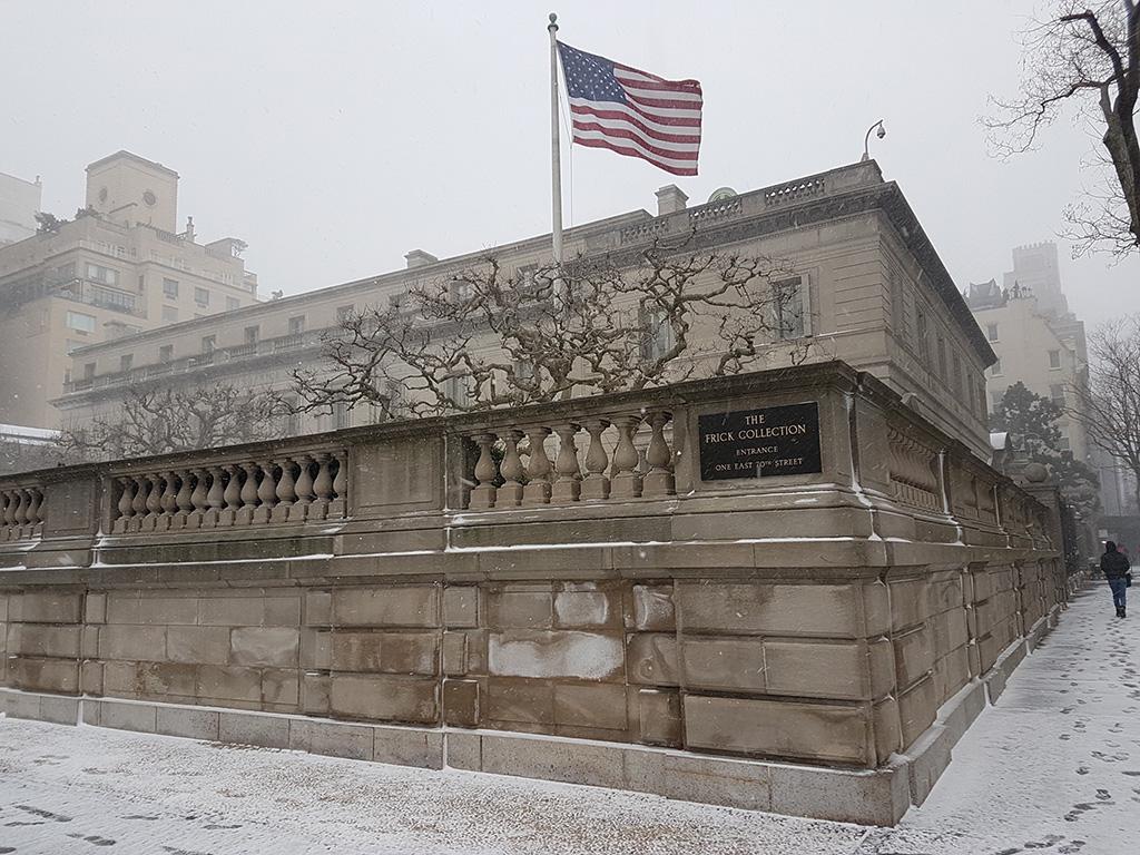 Exterior del edificio de la Frick Collection en la Milla de los Museos durante una nevazón de invierno - Foto de Andrea Hoare Madrid