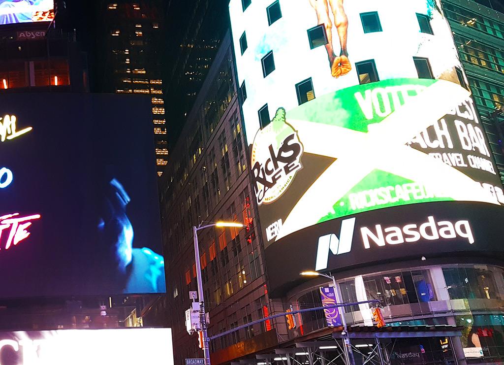 4 Times Square ex Conde Nast, es el edificio de la pantalla cilíndrica gigante con la información del NASDAQ - Foto de Andrea Hoare Madrid