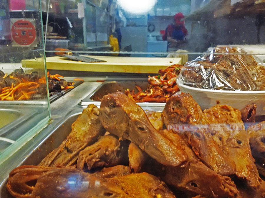 Cabezas de pato asadas expuestas en la vitrina de un auténtico restaurant de comida china en el Chinatown de Flushing - Foto de Andrea Hoare Madrid