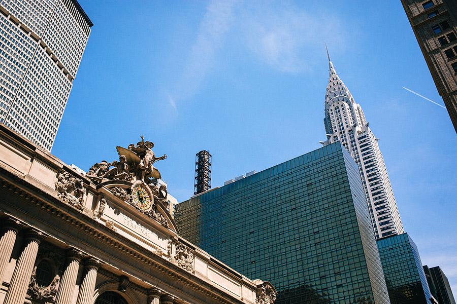 Fachada de Grand Central Terminal y al fondo se distingue el Edificio Chrysler. Foto de Fabio Fistarol en Unsplash disponible en https://unsplash.com/photos/chIn12hgU1k