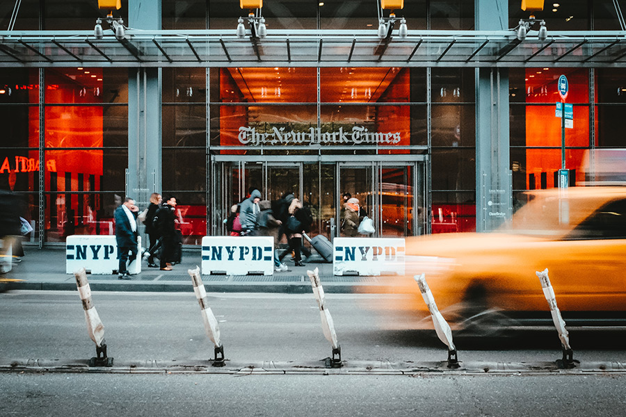 Entrada del edificio sede del New York Times en Manhattan - Foto de Stéphan Valentin en Unsplash disponible en https://unsplash.com/photos/sZc95ZGSYZQ