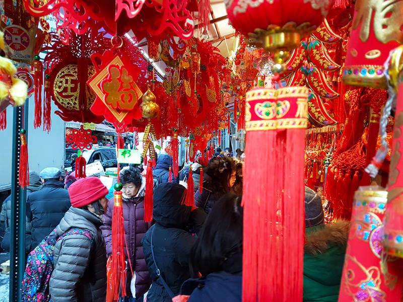 Local vendiendo decoraciones para el año nuevo lunar chino en el Chinatown de Manhattan - Foto de Andrea Hoare Madrid