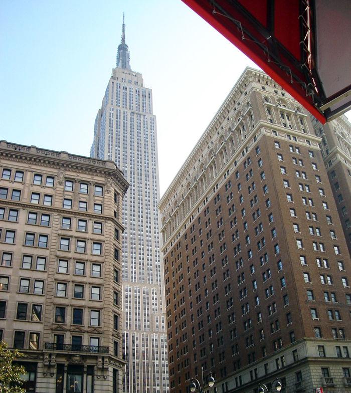 Empire State Building visto desde el nivel de la calle de día - Foto de AHM