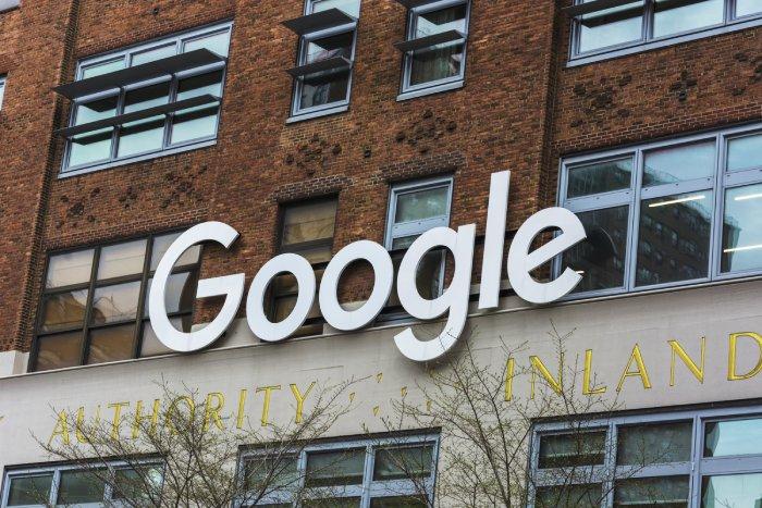 Letrero de Google en sus oficinas en Chelsea, en la planta baja está la primera Google Store física de la historia - Foto cortesía de María Fernanda Pellejero