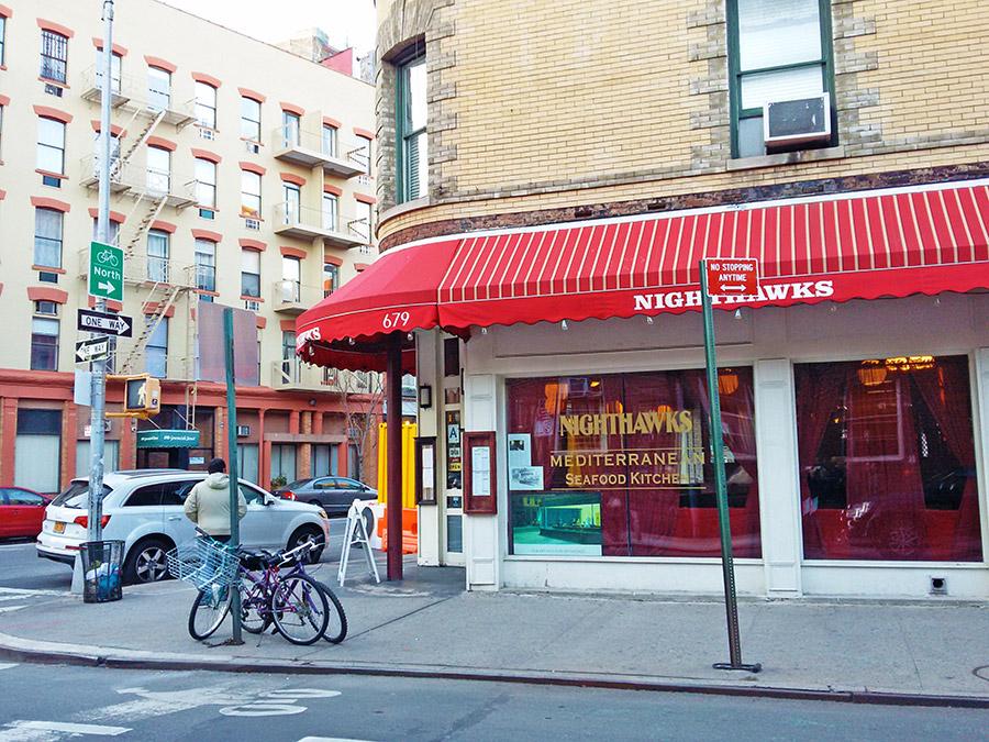 Restaurant Nighthawks en Greenwich Village - Esquina del Cuadro Noctámbulos de Hopper. Foto de Andrea Hoare - Guía de Nueva York - Newyorkando