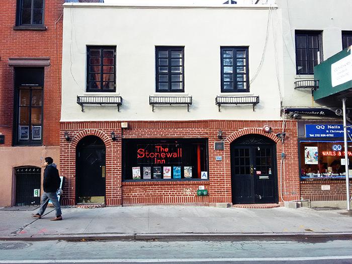 Entrada de Stonewall Inn Greenwich Village, el local donde se iniciaron las protestas por la defensa de los derechos homosexuales - Foto de Andrea Hoare - Guía de Nueva York - Newyorkando