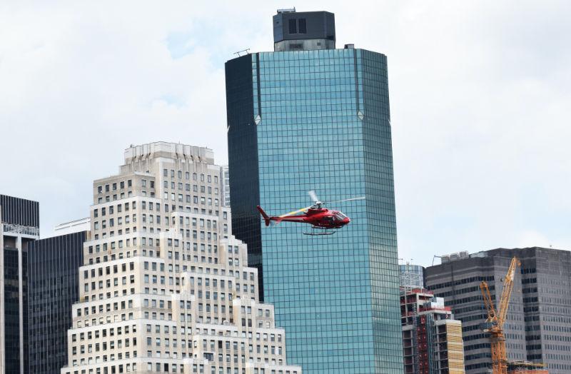 Helicóptero sobrevolando Manhattan, detrás se ven edificios del Distrito Financiero - Foto de Chris Barbalis en Unsplash disponible enhttps://unsplash.com/photos/KCWD18k1sR8