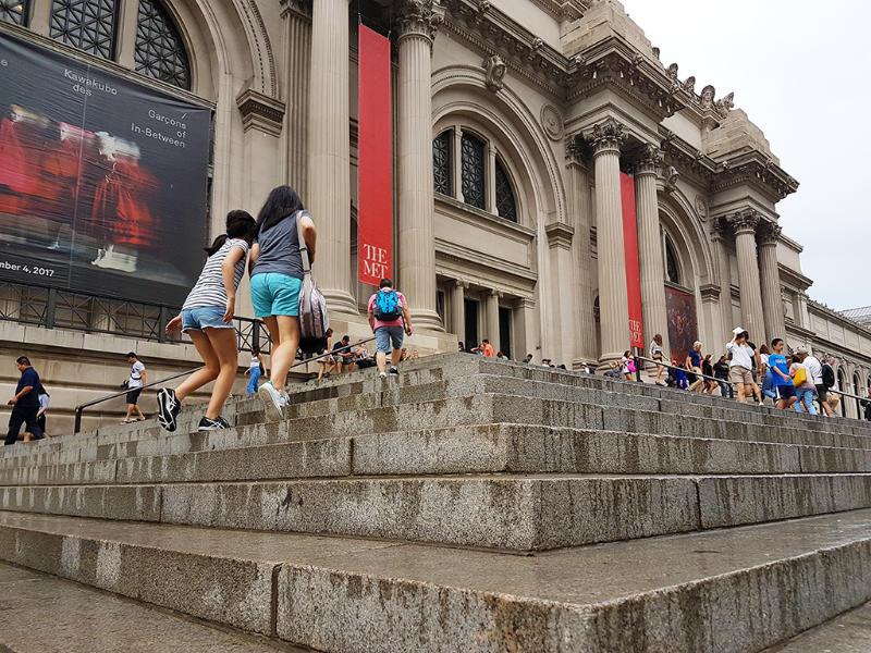 Atrio de entrada al Metropolitan Museum of Art de Nueva York (Museo Metropolitano de Arte de Nueva York - MET) - Foto de Andrea Hoare Madrid