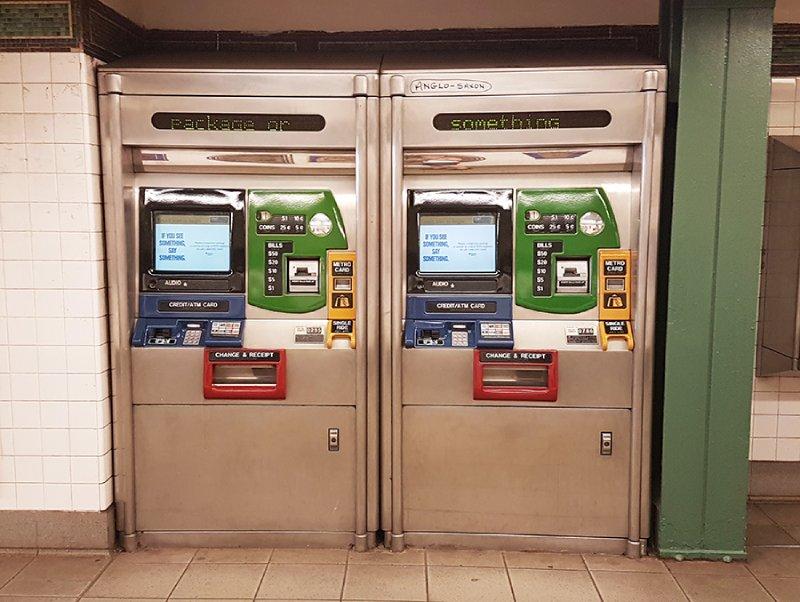Máquinas automáticas para comprar tarjetas de viaje Metrocard en las estaciones del metro de Nueva York. Foto de Andrea Hoare Madrid
