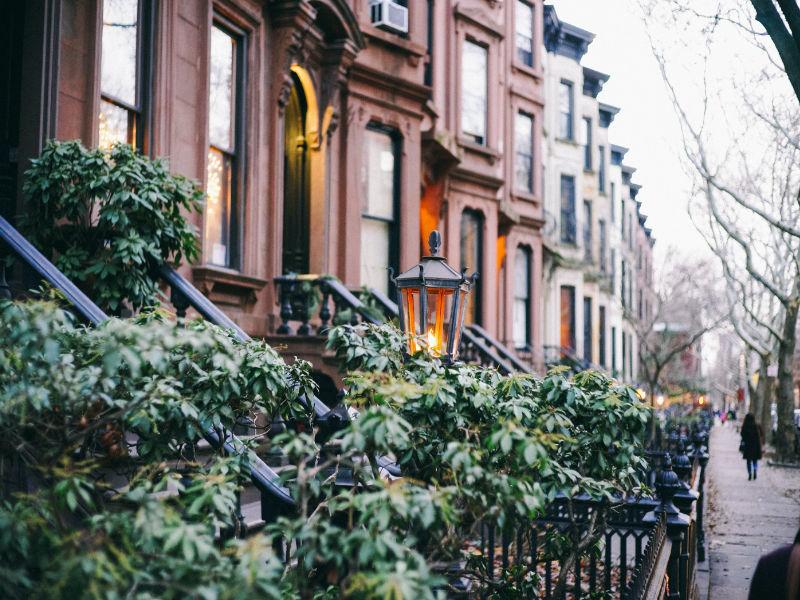 Foto de brownstones en una calle del barrio de Brooklyn Park Slope de Josh Wilburne en Unsplash, disponible en https://unsplash.com/photos/rdJXlCdRVaQ