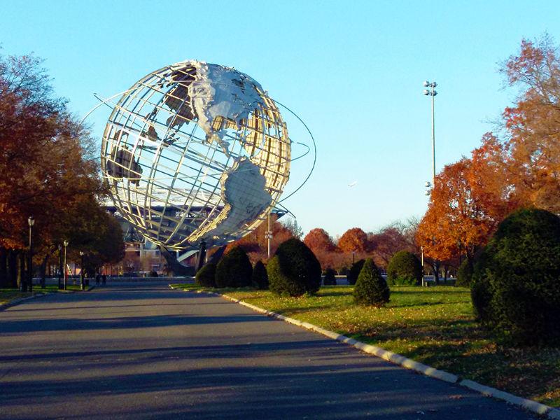 Uniesfera en el Flushing Meadows Corona Park (estructura que daba la bienvenida a la Feria Mundial de Nueva York de los años sesenta - Foto de AHM