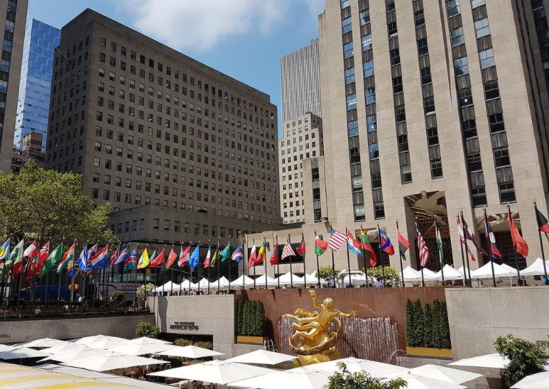 Escultura de Prometeo y banderas del Rockefeller Plaza, Manhattan