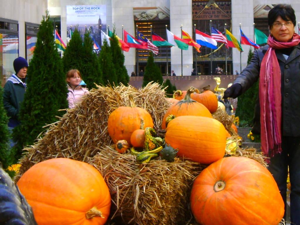 Decoración de otoño con calabazas en el Channel Garden del Rockefeller Center, época famosa por el Desfile de Halloween en Nueva York - Foto de AHM