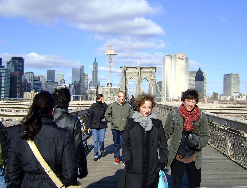 Turistas caminando por el Puente de Brooklyn - Foto de Andrea Hoare Madrid