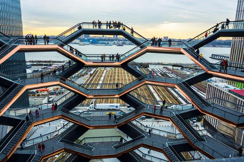 Detalle de las escaleras del monumento penetrable de Hudson Yards, The Vessel, al fondo el Río Hudson. Foto cortesía de María Fernanda Pellejero @mafepellejero