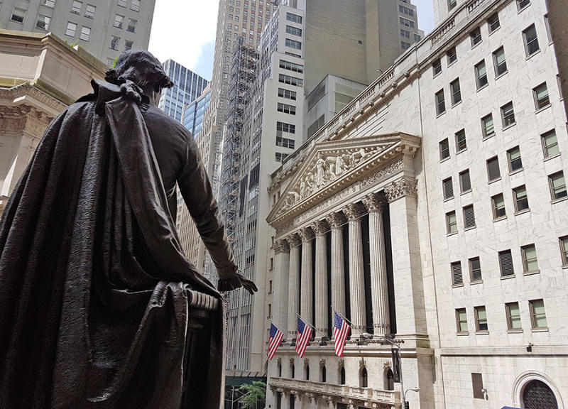 Bolsa de Nueva York vista desde el Federal Hall detrás de la Estatua de George Washington. Foto de Andrea Hoare Madrid