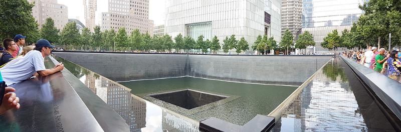 Panorámica de una de las dos piletas del memorial del 9/11 en el WTC - Foto de Andrea Hoare Madrid