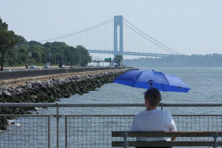 Puente Verrazano-Narrows visto desde 69th street pier, Bay Ridge, Brooklyn NY. Foto de Howard Brier con una Licencia Creative Commons Attribution 2.0 Generic (CC BY 2.0) disponible en https://www.flickr.com/photos/33764571@N00/2695014552