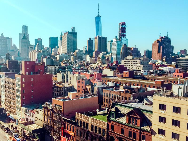 Vista aérea de calles de Bowery, al fondo se ve el One World Trade Center - Foto de JACQUELINE BRANDWAYN en Unsplash disponible en https://unsplash.com/photos/yQ2n6Z_qlog