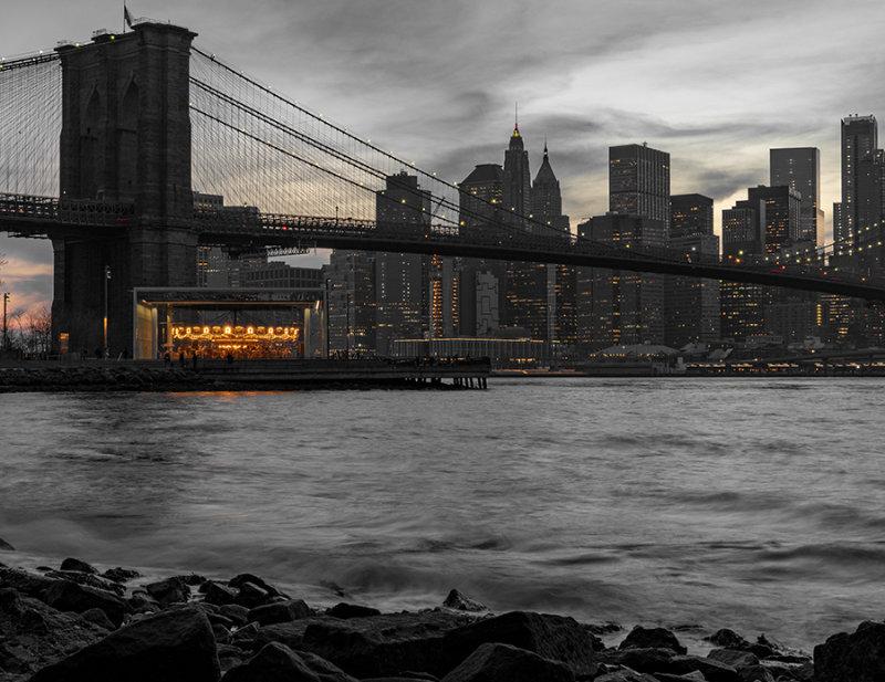 Janes Carrusel junto al Puente de Brooklyn en el parque Brooklyn Bridge - Foto de Dylan Freedom en Unsplash disponible en https://unsplash.com/photos/iEgP_YHs-jM