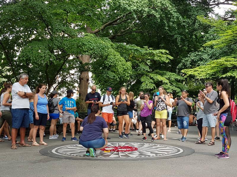 Turistas fotografiándose en el memorial de john Lennon en Central Park: Strawberry Fields. Foto de AHM