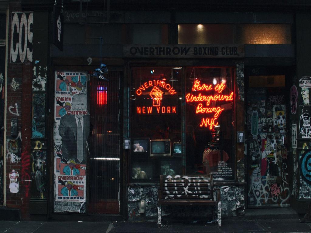Entrada de un club de boxeo en el East Village, foto de John Vincent Saulan en Unsplash disponible en https://unsplash.com/photos/iQcf5A9fsvU
