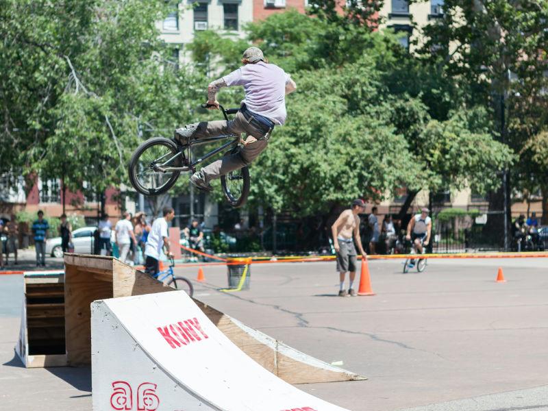 Freestyler haciendo un truco en Tomkins Square Park en el East Village - Foto de Reno Laithienne en Unsplash disponible en https://unsplash.com/photos/c5bu9Jx-_44