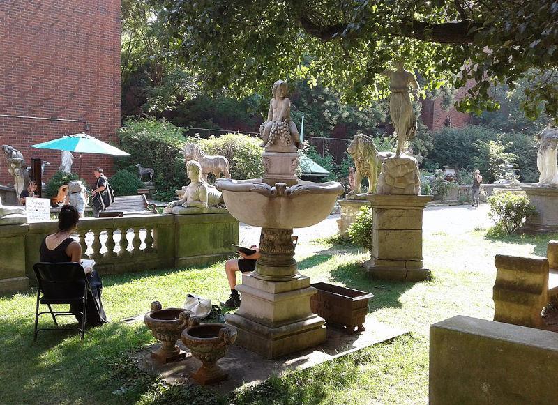 Elizabeth Street Garden en un día soleado. Parque en SOHO o NOLITA. Foto de Brafford33, CC BY-SA 4.0 <https://creativecommons.org/licenses/by-sa/4.0>, via Wikimedia Commons disponible en https://commons.wikimedia.org/wiki/File:Elisabeth_Street_Garden_Front.jpg