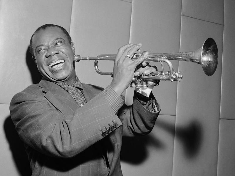 Foto de Louis Armstrong de Dominio Público. Herbert Behrens / Anefo, CC0, via Wikimedia Commons disponible en https://commons.wikimedia.org/wiki/File:Louis_Armstrong_(1955).jpg