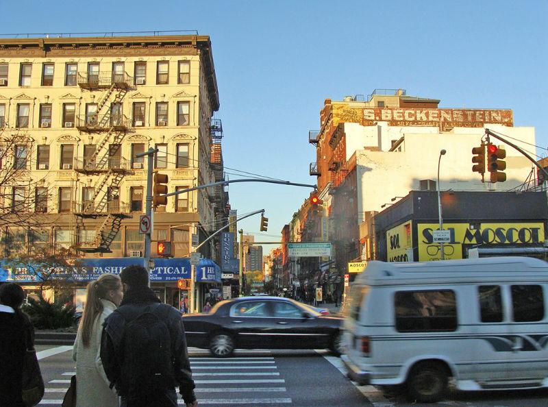 Transitada calle del Lower East Side en el sur de Manhattan al atardecer - Foto de AHM