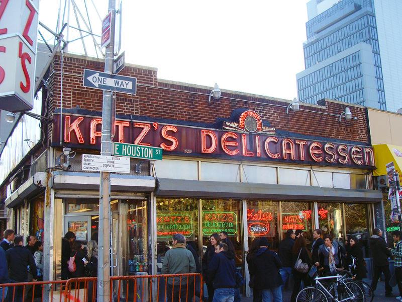 Filas de gente esperando entrar a comer a KATZ Delicatessen en el Lower East Side, uno de los mejores sandwiches de pastrami de la ciudad - Foto de AHM