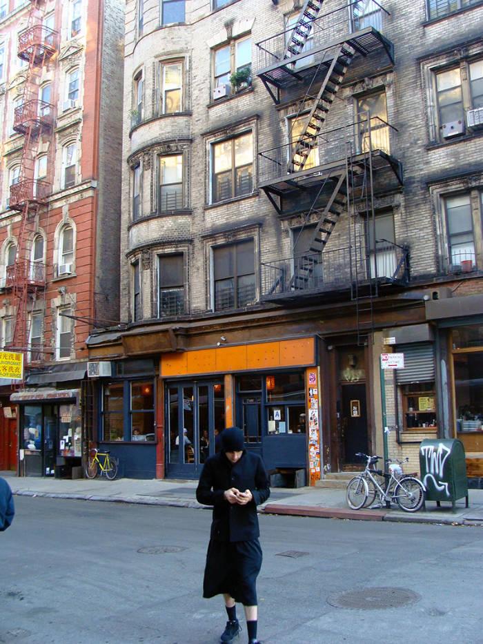 Mujer islámica cruzando una calle del Lower East Side en Lower Manhattan, Nueva York - Foto de AHM