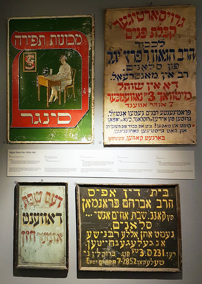 Letreros antiguos en Yiddish del Lower East Side expuestos en el Museo de la Calle Eldridge - Foto de AHM