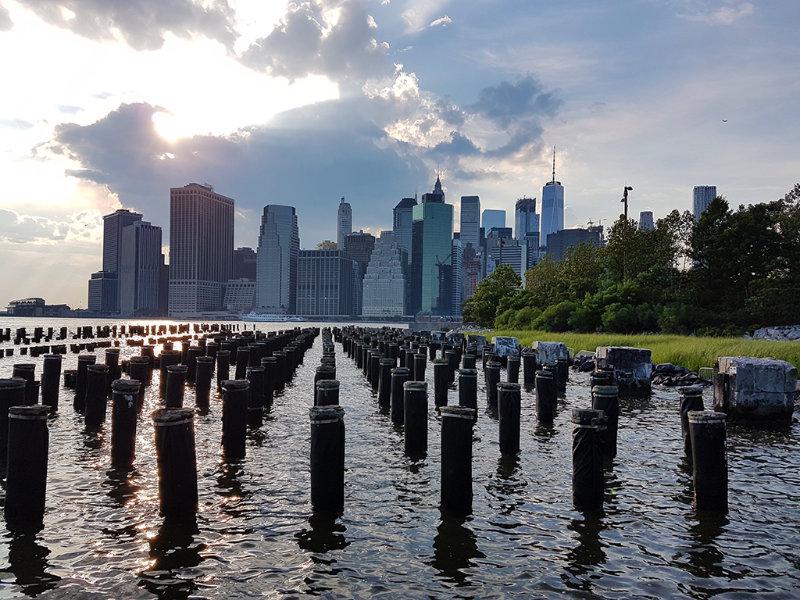 Pier 4 del Brooklyn Bridge Park - Palos de antiguo muelle - Vista del atardecer sobre el sur de de Manhattan, uno de los mejores miradores de nueva york - Foto de Andrea Hoare Madrid