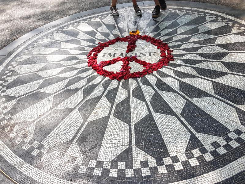 Mosaico Imagine con flores sobre el signo de la paz en los StraberryFields - Homenaje a John Lennon en Central Park -Foto de Andrea Hoare Madrid