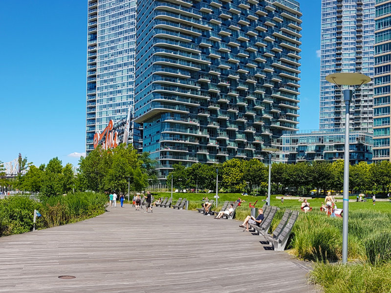 Rambla de madera del Parque Gantry Plaza en Long Island City, Queens - Foto de Andrea Hoare Madrid
