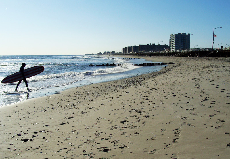 Surfista saliendo del agua en Rockaway Beach - Foto de AHM