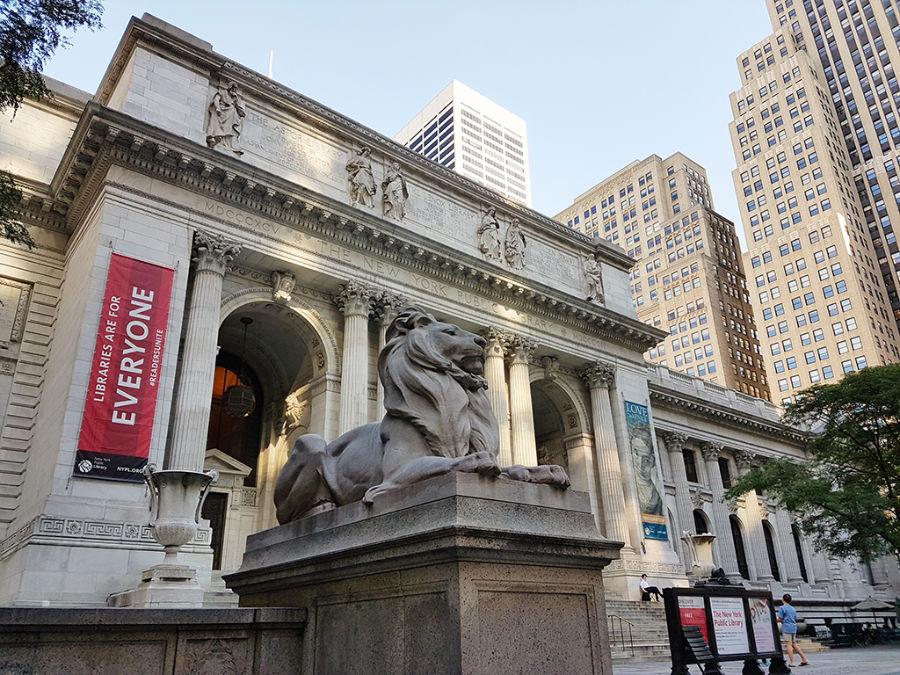 Fachada de la Biblioteca Pública de Nueva York - Estatua de uno de los 2 leones de las escalinatas. Foto de AHM