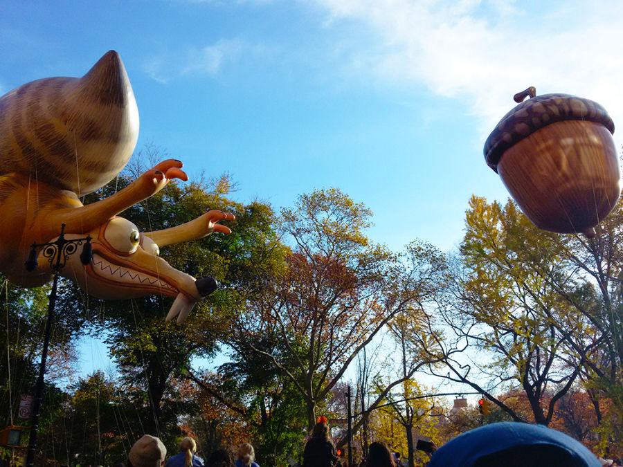 Globo de Scrat (personaje de la película animada la Era del Hielo) persiguiendo el globo de una bellota en el Desfile de Acción de Gracias de Nueva York - Foto de AHM