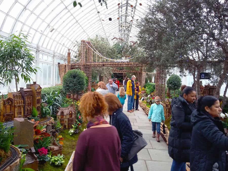 Gente recorriendo el trencito de Navidad en el Jardín Botánico de Nueva York en el Bronx - Holiday Train Show - Foto de AHM