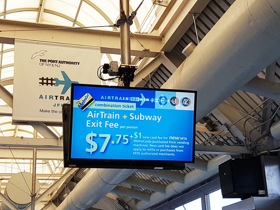 Pantalla con precios Airtrain y metro en aeropuerto JFK - Foto de AHM