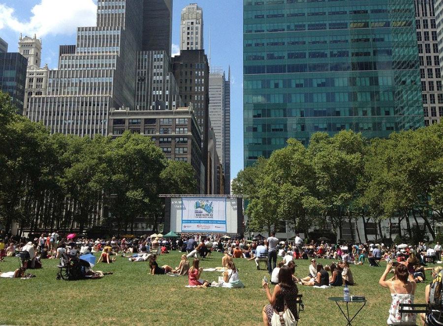 Foto de gente esperando la función de cine gratis al aire libre en Bryant Park en verano - Foto de mschwander de Dominio Público vía Pixabay, disponible en https://pixabay.com/es/photos/parque-bryant-park-urbana-91947/