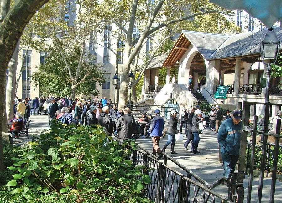 Personas paseando en el Columbus Park, corazón del Barrio Chino de Nueva York - Foto de Andrea Hoare Madrid