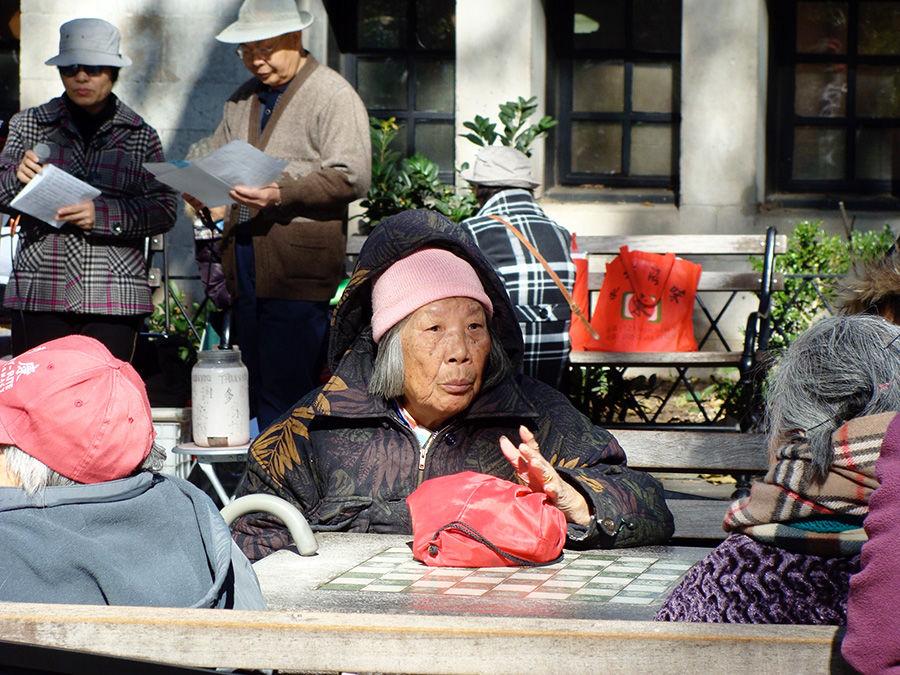 Grupo de señoras conversando en Columbus Park en el Chinatown de Manhattan - Foto de Andrea Hoare Madrid