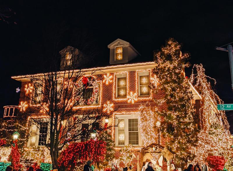 Casa de Dyker Heights en Brooklyn con decoraciones e iluminaciones navideñas - Foto de Juliana Malta on Unsplash disponible en https://unsplash.com/photos/NH7oHjePWUs