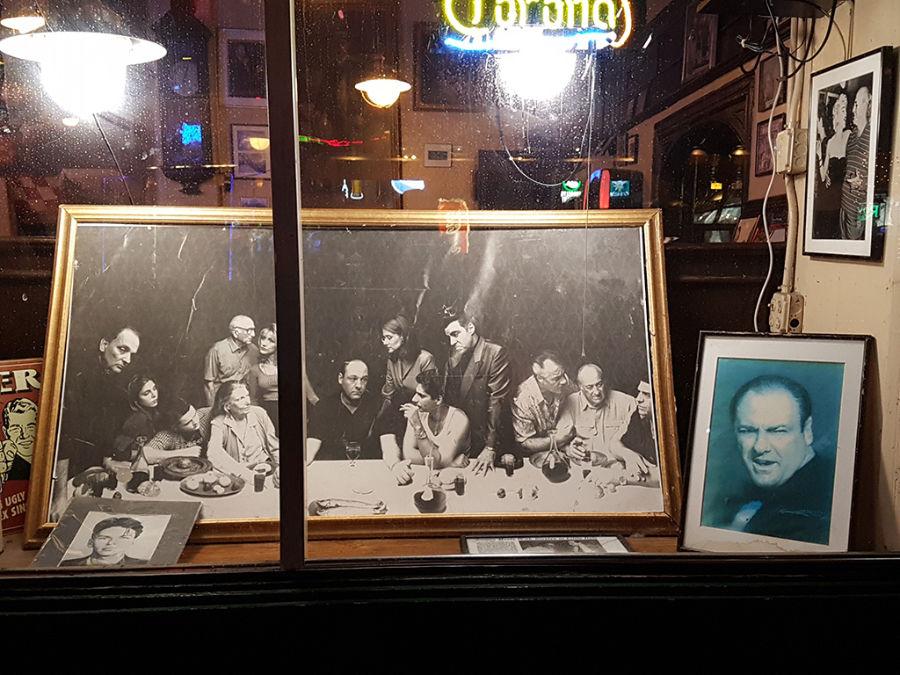 Vitrina en homenaje a James Gandolfini en un local de la Pequeña Italia en Manhattan, el actor que personificó al mítico mafioso de New Jersey Tony Soprano - Foto de Andrea Hoare Madrid