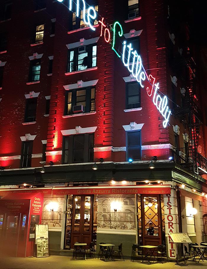 """Letrero de luces """"Welcome to little Italy"""" en una calle de la Pequeña Italia de Manhattan - Foto de Andrea Hoare Madrid"""