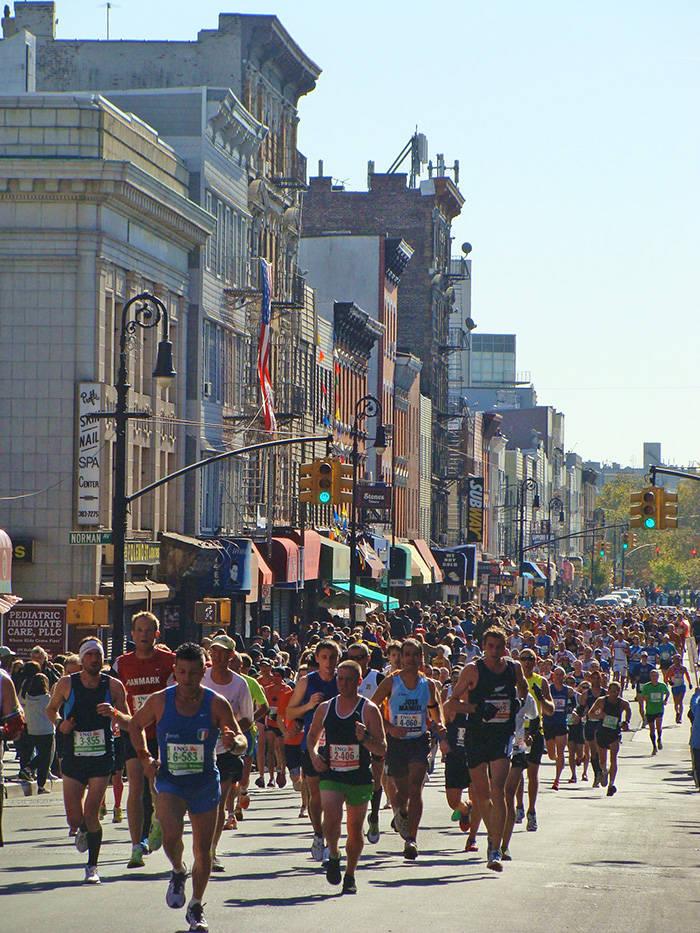 Corredores del Maratón de Nueva York pasando por Greenpoint en Brooklyn - Foto de Andrea Hoare Madrid