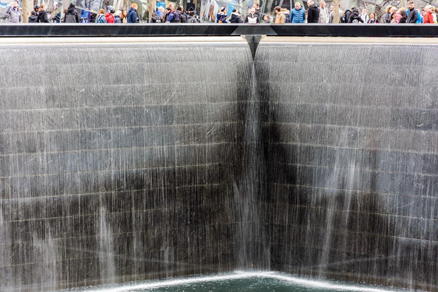 Detalle de la cascada del Memorial del 9/11 en el sitio de las Torres Gemelas. Foto cortesía de María Fernanda Pellejero @mafepellejero