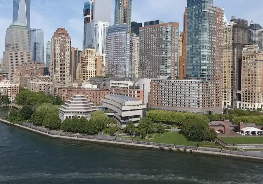 Panorámica del edificio del Museo de la Herencia Judía de Nueva York - Museum of Jewish Heritage - ubicado en Battery Park al sur de Manhattan. Captura de pantalla de un video del museo para conmemorar sus 20 años disponible en https://www.youtube.com/watch?v=RITKkVm-fhs